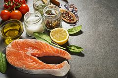 De ingrediënten van het zalmlapje vlees voor het koken van gezonde maaltijd stock fotografie