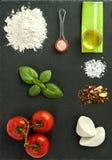 De ingrediënten van pizzamargarita Stock Foto's