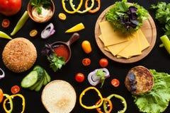 De ingrediënten voor een hamburger Stock Foto's