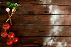 De ingrediënten voor een pizza die op een houten lijst liggen royalty-vrije stock afbeelding