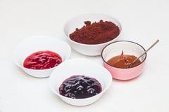 De ingrediënten voor het bakken van eigengemaakte cake knalt Stock Fotografie