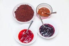 De ingrediënten voor het bakken van eigengemaakte cake knalt Stock Afbeeldingen