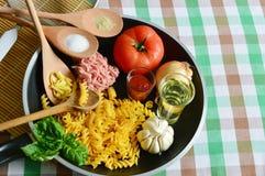 De ingrediënten voor maken Deegwaren Bolognese Stock Foto