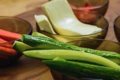 De ingrediënten voor de voorbereiding van sushi in platen op de lijst, die ingelegde gember omvatten, rijst, komkommers, smolten  stock foto's