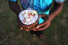 De inheemse Fijian-Mens dient Fijian-Voedsel, de Ruwe Vissensalade van Kokoda Royalty-vrije Stock Foto