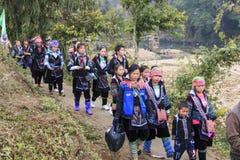 De inheemse mensen van de bergen van Sapa, in Noord-Vietnam, kleedden zich met hun traditionele kledij en het lopen in hun dorp Stock Afbeeldingen