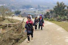 De inheemse mensen van de bergen van Sapa, in Noord-Vietnam, kleedden zich met hun traditionele kledij en het lopen in hun dorp Royalty-vrije Stock Afbeelding