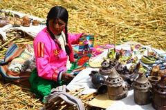 De inheemse vrouw van Uros, Peru stock foto's