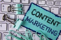 De Inhoud van de handschrifttekst Marketing Concept die het Digitale marketing strategiedossiers delen van online die inhoud bete stock fotografie