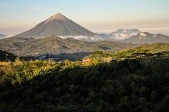 De Inierie-vulkaan bij zonsondergang, Nusa Tenggara, flores eiland, Indonesië stock afbeeldingen