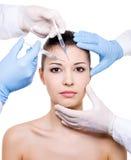 De injectie van Botox in de wenkbrauw Stock Afbeeldingen