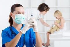 De injectie van de verpleegster stock afbeeldingen