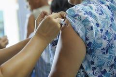 De injectie van het immuniseringsvaccin, arts spuit vaccin aan geduldig wapen in royalty-vrije stock foto's