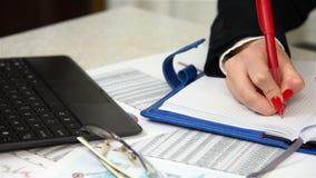 De Inkomens van accountantswriting amount of stock footage