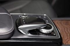 De inre beståndsdelarna av en ny dyr affärsbil inom med färg för krom och för aluminium för styrspak för multimediasystemkontroll arkivbilder