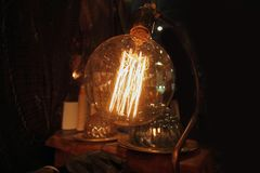 De inre trådarna av en tänd lampa royaltyfria foton