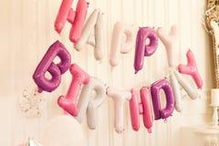 De inschrijving 'gelukkige verjaardag 'van royalty-vrije stock afbeeldingen