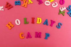 De inschrijving is 'vakantiekamp 'op een roze achtergrond stock foto