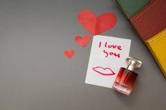 De inschrijving - I houdt van u en een rood hart, parfum royalty-vrije stock fotografie