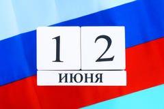 De inschrijving is 12 Juni, de Dag van Rusland Houten witte kalender op de achtergrond van de vlag van Rusland Royalty-vrije Stock Afbeeldingen