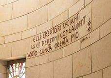 De inschrijving in Latijn op de muur van de Basiliek van de Aankondiging in de oude stad van Nazareth in Israël Royalty-vrije Stock Afbeelding