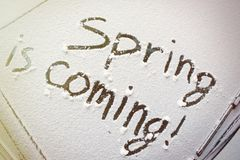 De inschrijving op de snow-covered lente van het autowindscherm komt Royalty-vrije Stock Fotografie