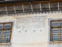 De inschrijving op een decoratieve verfraaide muur gedateerd 1697 in het kasteel van oude stad Sighisoarastad in Roemenië Stock Fotografie