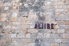 De inschrijving op een oude steenmuur Stock Fotografie