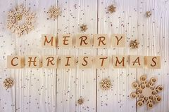 De inschrijving op de kubussenkinderen Gelukkige Kerstmis Op een witte houten achtergrondgroetkaart De mening vanaf de bovenkant Stock Foto