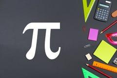 De inschrijving van de dag en het krijt van pi op een bord royalty-vrije stock afbeelding