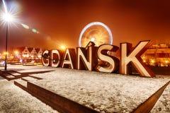 De inschrijving van Gdansk en ferris rijden in nachtlichten, de wintermening, Polen royalty-vrije stock fotografie