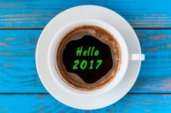 De inschrijving van Hello 2017 op de hoogste kop van de meningsochtend van koffie Gelukkig Nieuwjaar en Kerstmisconcept Royalty-vrije Stock Afbeelding
