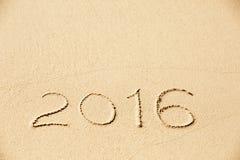 de inschrijving van 2016 in het natte gele strandzand dat wordt geschreven Royalty-vrije Stock Afbeeldingen