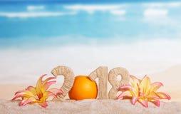 De inschrijving 2018 van het Nevjaar verfraaid met sinaasappel en bloemen stock afbeeldingen