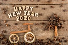 De inschrijving van houten letters en getallen 'Gelukkig Nieuwjaar 2020 ' stock afbeeldingen