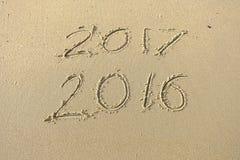 de inschrijving van 2017 van 2016 in het strandzand dat wordt geschreven Concept cele Royalty-vrije Stock Foto's
