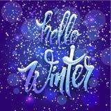 De inschrijvings hello winter met de brieven die op de sneeuw liggen en Stock Foto's