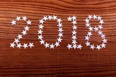 de inschrijvings 2018 sterren op houten achtergrond, Kerstmis, nieuw jaar, twee duizend achttien royalty-vrije stock fotografie