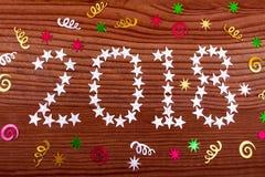 de inschrijvings 2018 sterren op houten achtergrond, Kerstmisdecoratie, Kerstmis, nieuw jaar, twee duizend achttien, Kerstmis bac royalty-vrije stock afbeeldingen