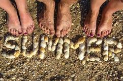 De inschrijvingszomer van shells op het zand wordt opgemaakt dat royalty-vrije stock foto's