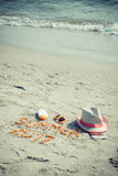 De inschrijvingszomer van 2017, toebehoren voor het zonnebaden en paspoort met muntendollar op zand bij strand, de zomertijd Stock Foto