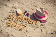 De inschrijvingszomer van 2017, toebehoren voor het zonnebaden en paspoort met munteneuro op zand bij strand, de zomertijd Royalty-vrije Stock Foto's