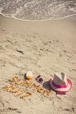 De inschrijvingszomer van 2017, toebehoren voor het zonnebaden en paspoort met munteneuro op zand bij strand, de zomertijd Royalty-vrije Stock Afbeeldingen