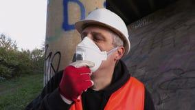 De inspecteur is moeilijk om wegens het gebrek aan lucht te ademen stock video
