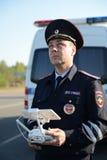 De inspecteur van de diensten van de verkeerspolitie controleert de route gebruikend quadcopter Stock Foto's