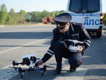 De inspecteur van de diensten van de verkeerspolitie controleert de route gebruikend quadcopter Royalty-vrije Stock Fotografie