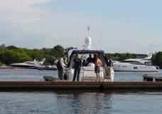De inspecteur van het Inspectoraat van de staat voor kleine schepen controleert de bemanning binnen van het motorjacht in de wate royalty-vrije stock foto