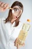 De inspectie van de fles Stock Afbeeldingen