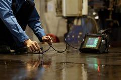 De inspectie van de staalplaat door ultrasoon Stock Afbeelding