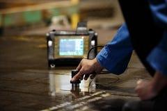 De inspectie van de staalplaat door ultrasoon Stock Afbeeldingen